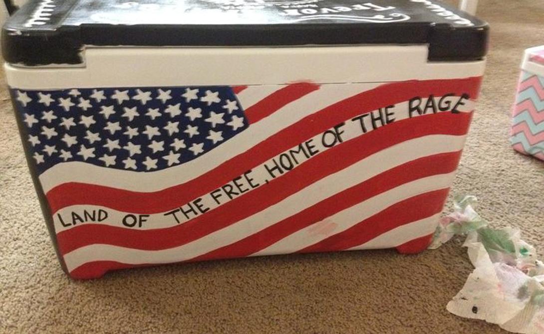 Вообще говоря, американцы считают свой флаг настолько крутым, что даже запрещают наносить его на одежду. Такое право, официально, имеют только военнослужащие, пожарные, полицейские и члены патриотических организаций. Последних, собственно, чуть ли не вся страна — так что флаг можно увидеть повсеместно.