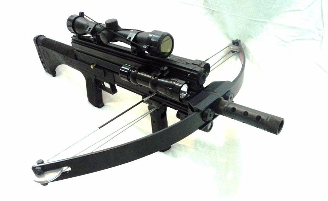 Тактический арбалет M4 Тихая смерть на значительном расстоянии. Эта штуковина способна стрелять не только стрелами, но и тяжелыми 8 мм шарикоподшипниками, гарантированно расшибающими любую, даже самую прогнившую голову. К тому же, арбалет оборудован светодиодным фонариком и лазерным прицелом.