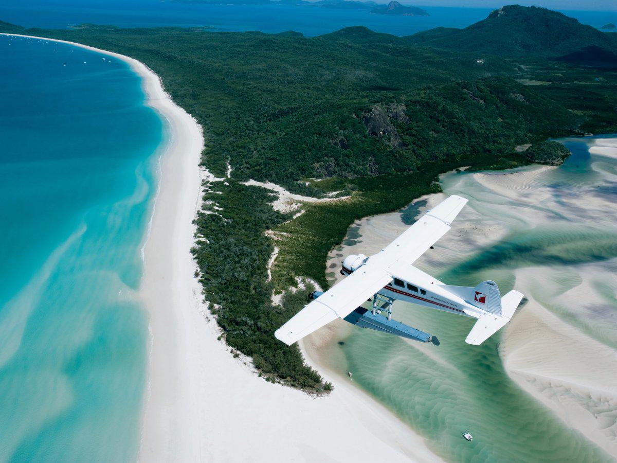 Whitehaven Остров Троицы, Австралия Райский пляж разделяет широкую бухту практически пополам. Белый песок и бирюзовые волны превращаются на закате в настоящее произведение искусства. Впрочем, расслабляться здесь все же не стоит: акулы — частые гости этих вод.