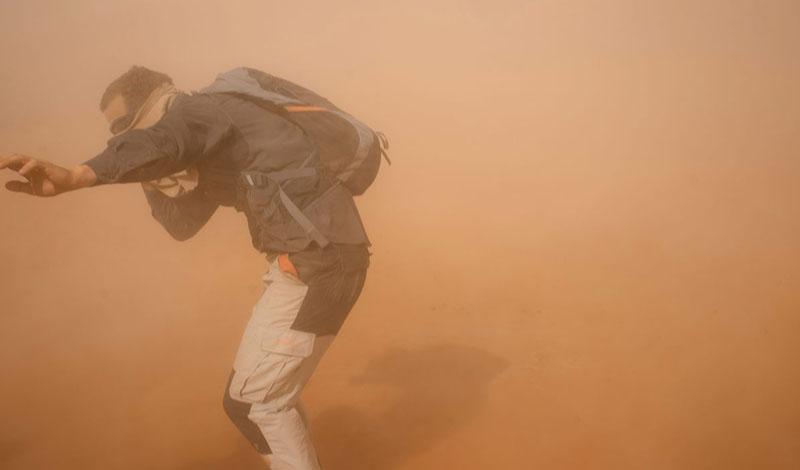 Рики Макги Австралиец потерял почти половину своего веса во время вынужденных странствий по пустыням северной части континента. Его машина сломалась, и он пешком отправился до ближайшего населенного пункта, но не знал, насколько далеко и в каком направлении тот находится. Он шел день за днем, питаясь кузнечиками, лягушками и пиявками. Потом Рики построил себе убежище из веток и стал ждать помощи. К счастью для Рики, был сезон дождей, поэтому у него не было особых проблем с питьевой водой. В итоге его обнаружили люди с одной из скотоводческих ферм, расположенных в том районе. Они описали его как «ходячий скелет» - до своего приключения Рики весил чуть более 100 кг, а когда его отправили в больницу, где он провел шесть дней, масса тела составляла 48 кг.