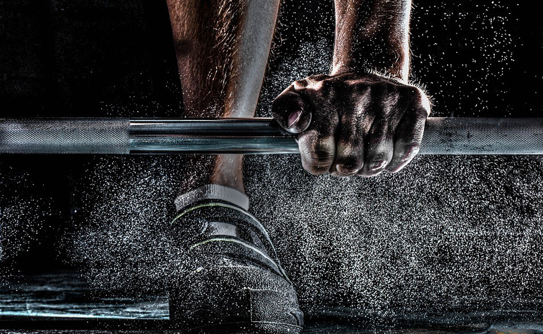 Становая тяга Единственное упражнение с весом. Становая тяга — серьезная нагрузка на ту же нервную систему. Делать упражнение более раза в неделю не рекомендуется, можно заработать стресс. Но при адекватном подходе становая вполне может стать отличным бустером для роста новых нейронов: сложное упражнение нужно выполнять максимально сосредоточенно, не ошибаясь ни на одном этапе. Мозг учится легче фокусироваться на задаче.