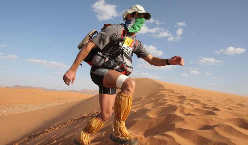 Мауро Проспери Полицейский из Италии в 1994 году решил принять участие в «Марафоне де Сабль» - шестидневном 250-километровом забеге пустыне Сахара. Попав в сильнейшую песчаную бурю, он потерял направление и в итоге заблудился. 39-летний Мауро не пал духом, а продолжал двигаться – он пил собственную мочу, а питался змеями и растениями, которые ему удалось найти в русле пересохшей реки. Однажды Мауро набрел на заброшенную мусульманскую святыню, где водились летучие мыши – он стал ловить их и пить их кровь. Через 5 дней его обнаружила семья кочевников. В итоге Мауро Проспери прошел 300 км за 9 дней, похудев во время пути на 18 кг.