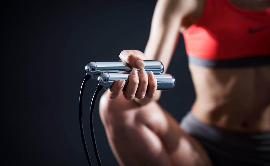 Скакалка Скакалкой пользуются все, от боксеров до пауэрлифтеров. Она помогает сбросить вес, развить координацию конечностей — и, как выяснилось, немного апгрейдить мозг. Во-первых, играет роль та самая синхронная работа конечностей, дающая определенную нагрузку нервной системе. Во-вторых, все упражнение насыщает организм кислородом, что также позитивно влияет на общее состояние мозга.