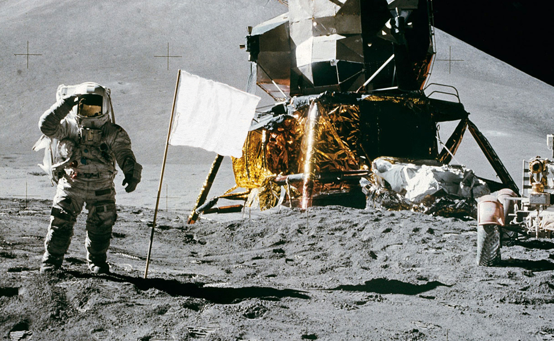 На Луне осталось целых шесть американских флагов. Это и в самом деле дает нации некоторый повод для гордости. Правда, ученые предполагают, что отсутствие атмосферы уже давно превратило звезды и полосы в одно большое белое пятно — как будто кто-то прилетел на Луну сдаваться.