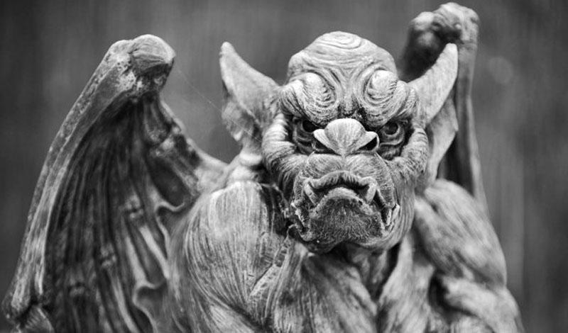Горгулья из Бекенхема Мрачная горгулья нависает над одной из детских площадок небольшого городка Бекенхема, Англия. Дети обходят это место стороной, да и взрослые с ними полностью солидарны. Несколько раз прохожие вызывали к статуе наряд полиции — дескать, гаргулья только что двигалась и собиралась напасть. Стражи порядка могли бы просто посмеяться над впечатлительностью горожан, вот только пленки с камеры наблюдения и в самом деле показывают, что каменное изваяние каждое утро встречает на другом месте карниза.
