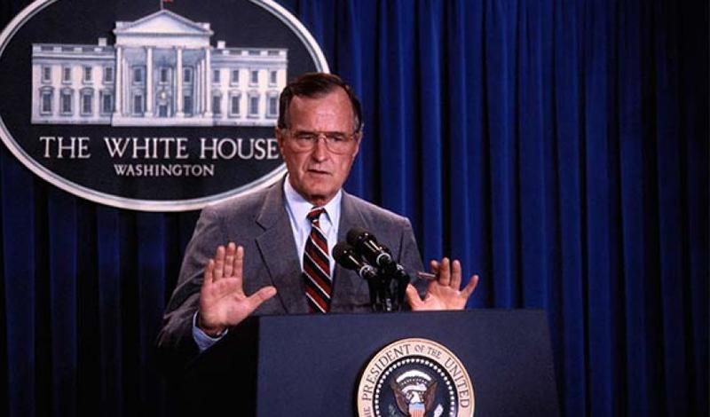 Новый Мировой Порядок 5 сентября 1990 года президент Джордж Буш выступил на совместном заседании обеих палат Конгресса, чтобы объявить о том, что военные и союзники США пойдут против иракских войск, вторгшихся в Кувейт. Но слишком увлекшись пафосной риторикой, Буш выдал журналистам и несколько более громких фраз. Больше всего запомнилось его высказывание об установлении нового мирового порядка, в котором народы мира будут жить вместе. Сторонники теории заговора тут же решили, будто иллюминаты переходят в атаку.