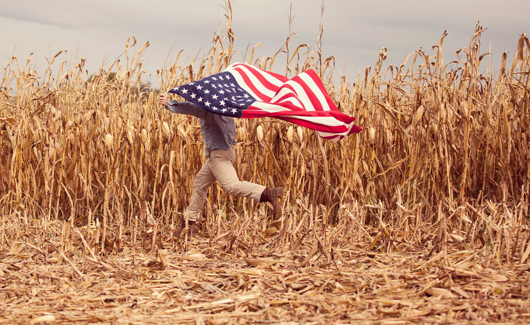 Американцы гордятся тем, что их флаг (современную версию) придумал простой человек. Это показывает значимости индивида для всего общества. «Звезды и Полосы» действительно разработал обычный школьник в рамках исторического проекта. Работа Роберта Хефта была выбрана президентом Дуайтом Эйзенхауэром из полутысячи других проектов.