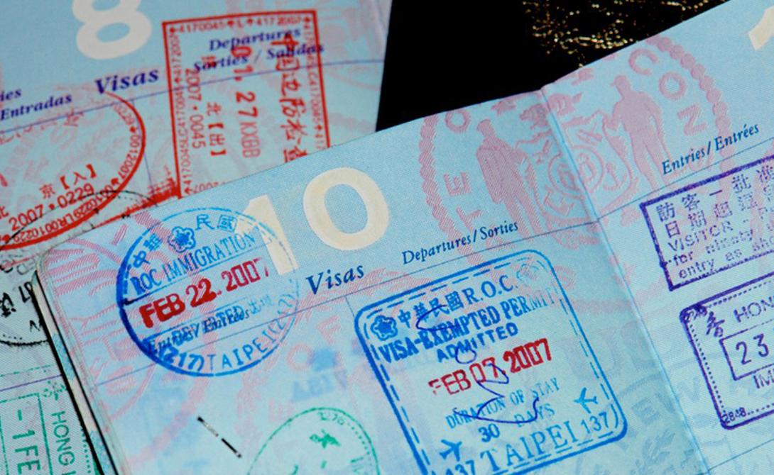Странные штрафы Скорее всего, времени на изучение новой страны у вас не нашлось. Между тем некоторые из них способны оставить незадачливого туриста не только без денег, но и без визы. Обычная жвачка в Сингапуре будет стоить вам около 50$ — такой штраф налагает муниципалитет за употребление жвачки на улице. В США нельзя провозить киндерсюрпризы, Вена штрафует целующихся влюбленных на 100 евро, а удовольствие покормить голубей в Венеции обойдется вам в целых 600 евро.