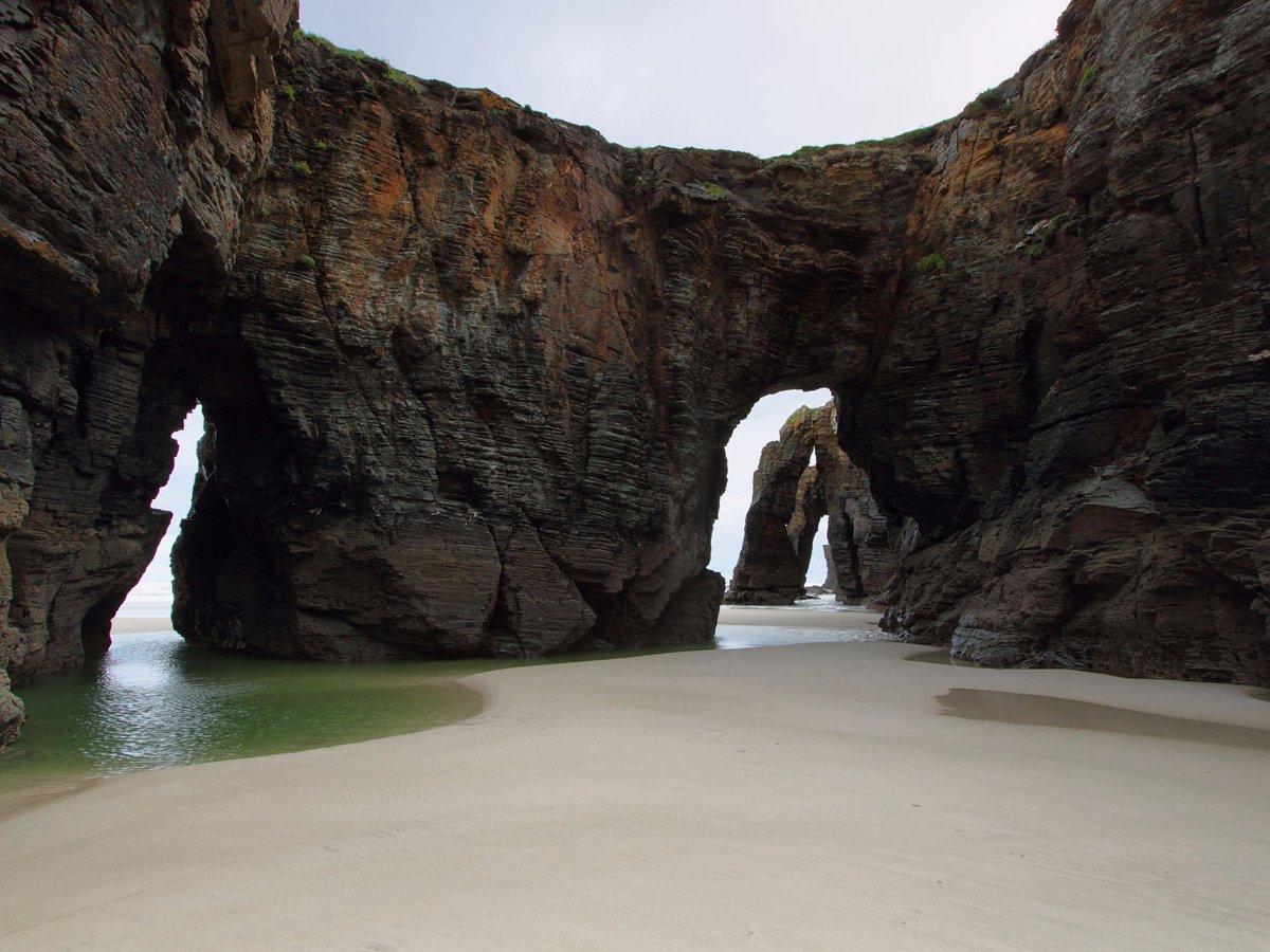 Beach of the Cathedrals Рибадео, Испания Пляж Соборов и в самом деле выглядит монументальным алтарем величественной природе. Гигантские скалы окружают белоснежный прибрежный песок: их ребра похожи на контрфорсы настоящих готических храмов.