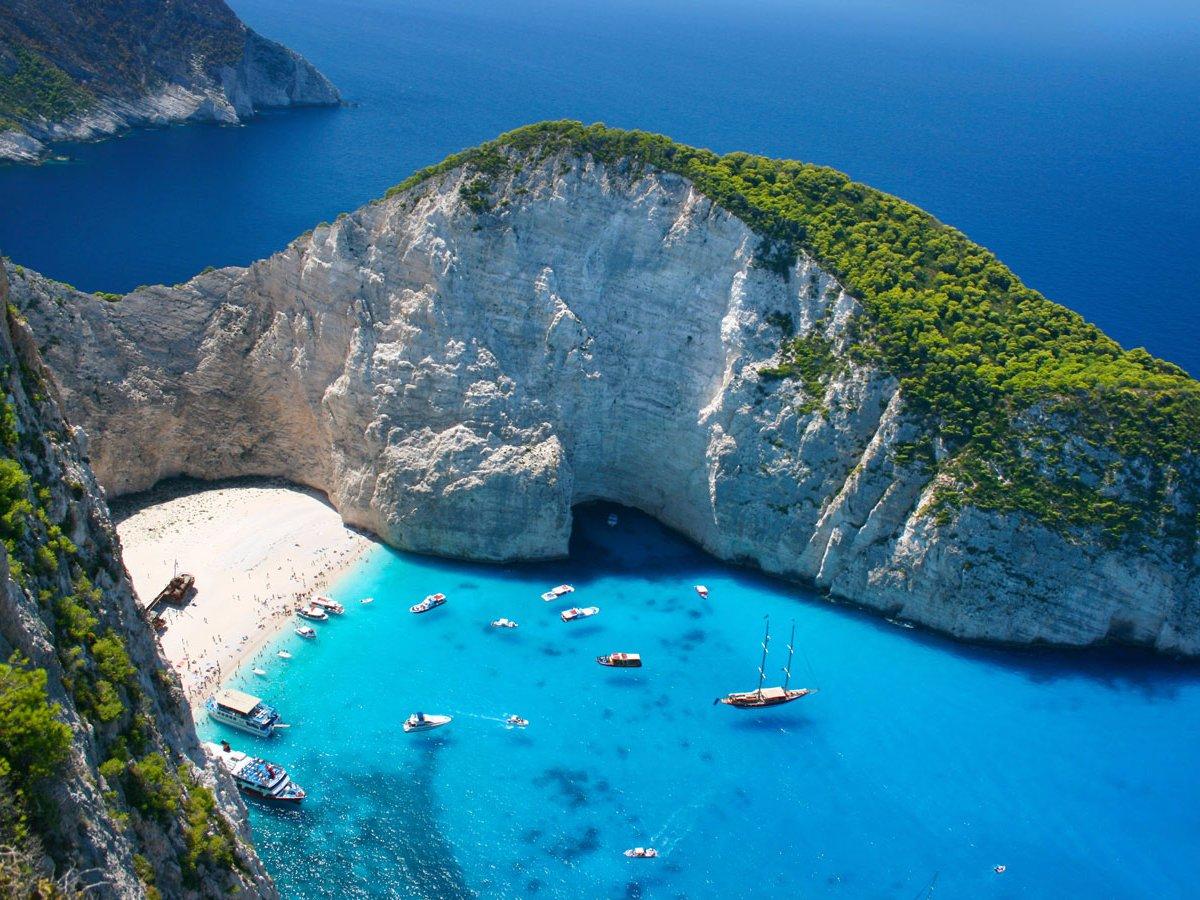 Navagio Beach Остров Закинф, Греция А этот пляж больше известен под другими именами: моряки знают его как «Остров Кораблекрушений», а любопытные туристы предпочитают еще более романтичное название — «Пещера Контрабандистов». И то, и другое соответствует истине: в 1980 году здесь сел на мель корабль контрабандистов, спасавшихся от патрульных катеров.