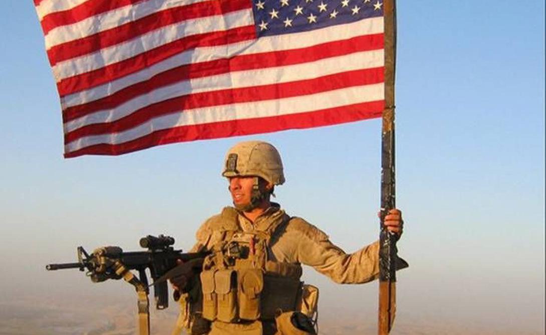Американские военнослужащие хвалятся тем, что их флаг буквально способен спасать жизни. Это действительно близко к реальности: специальный материал патча с флагом на рукаве формы светится в очках ночного видения. Так можно идентифицировать дружественные силы в районе.