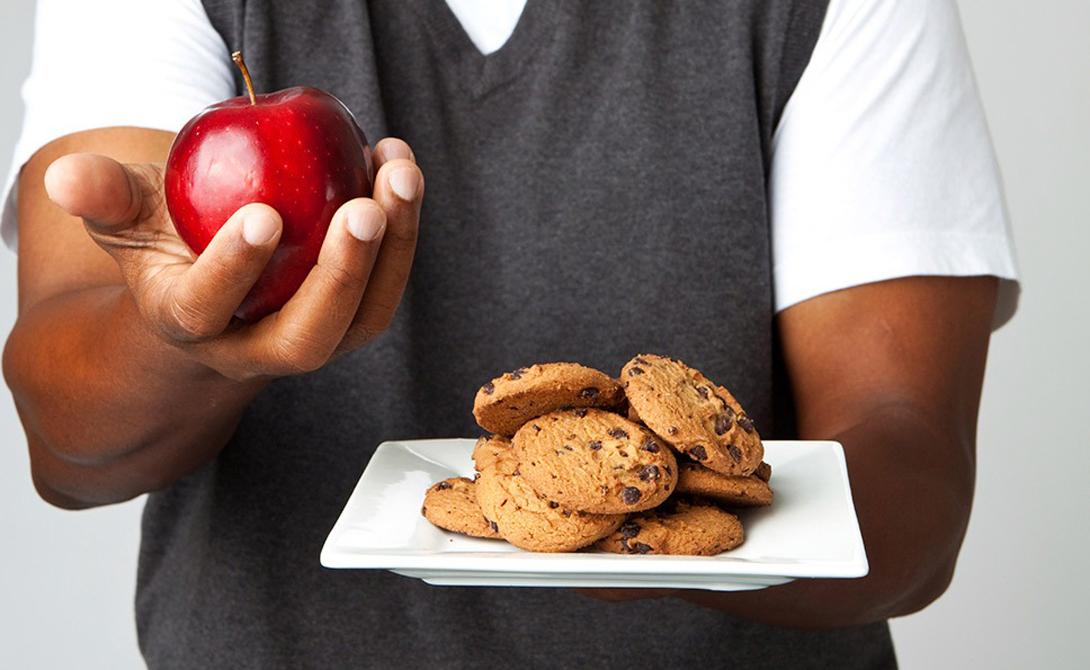 Правильная еда Здоровое питание не значит, что вам нужно немедленно начать подсчитывать состав каждого ингредиента в тарелке. Не нужно превращаться в вегетарианца, размышлять о преимуществах палеодиеты и тратить время на прочие глупости. Просто убедитесь, что на вашей тарелке ежедневно есть основной состав продуктов: мясо или рыба, зелень, фрукты. Этого вполне достаточно.