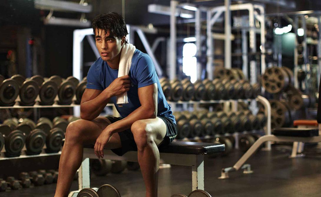 Что делаем Не всякая тренировка пойдет на пользу желающему похудеть. Дело в том, что энергию мы получаем из веществ двумя разными способами: анаэробным (реакция получения энергии не использует кислород) и аэробным (с участием кислорода). Поднятия тяжестей, приседания с утяжелением — все это нам требуется в меньшей степени. Бег, ходьба, велотренажер — в большей.