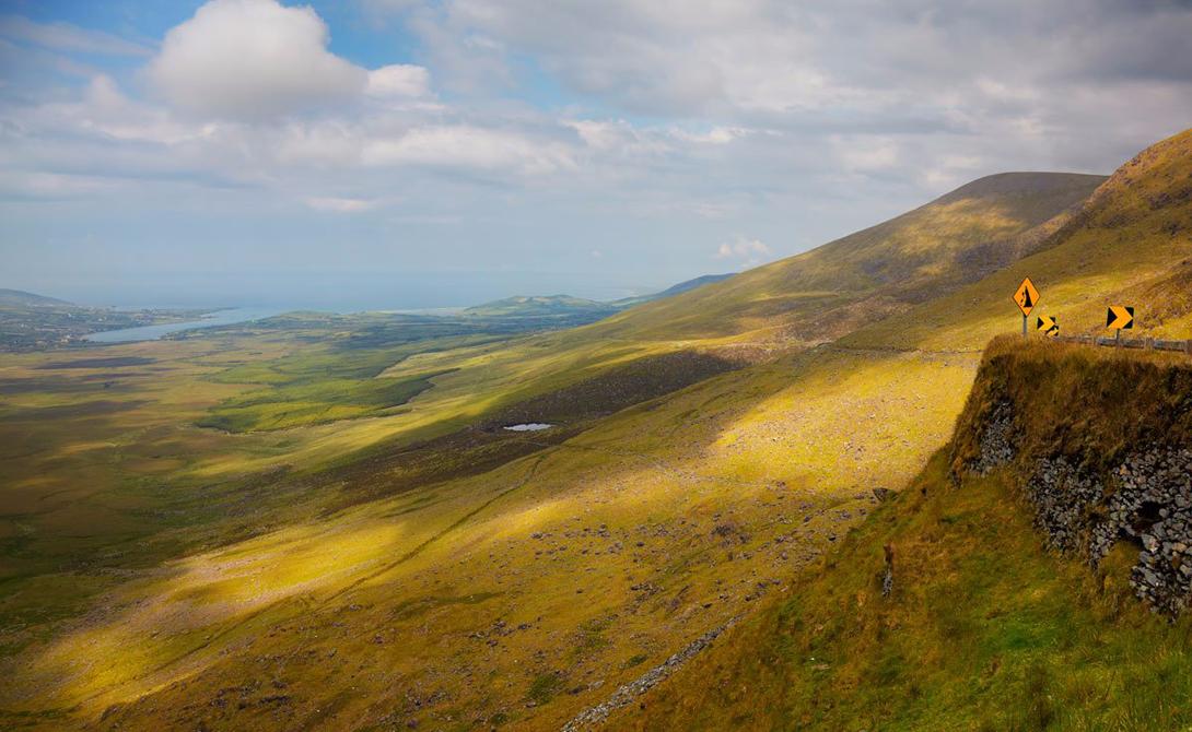 Conor Pass Ирландия Вечнозеленая Ирландия также имеет одну из самых впечатляющих дорог на планете. Conor Pass, тянущаяся по высочайшей горе полуострова Дингл, способна заставить поверить в лепреконов и эльфов даже завзятого скептика.