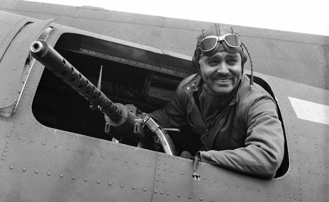 Кларк Гейбл Американский актер Уильям Кларк Гейбл решил присоединиться к U.S. Army Air Corps в 1942 году — сразу после смерти жены. За несколько месяцев безутешный вдовец освоил профессию бортового стрелка и до конца 1943 года зарекомендовал себя бравым солдатом.