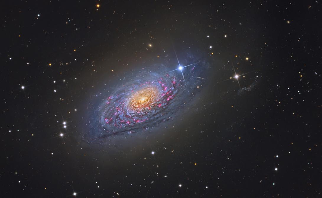 Sunflower Galaxy Эта галактика является одной из самых красивых космических структур во Вселенной. Ее экспансивные, извилистые рукава состоят из новых, сине-белых гигантских звезд.