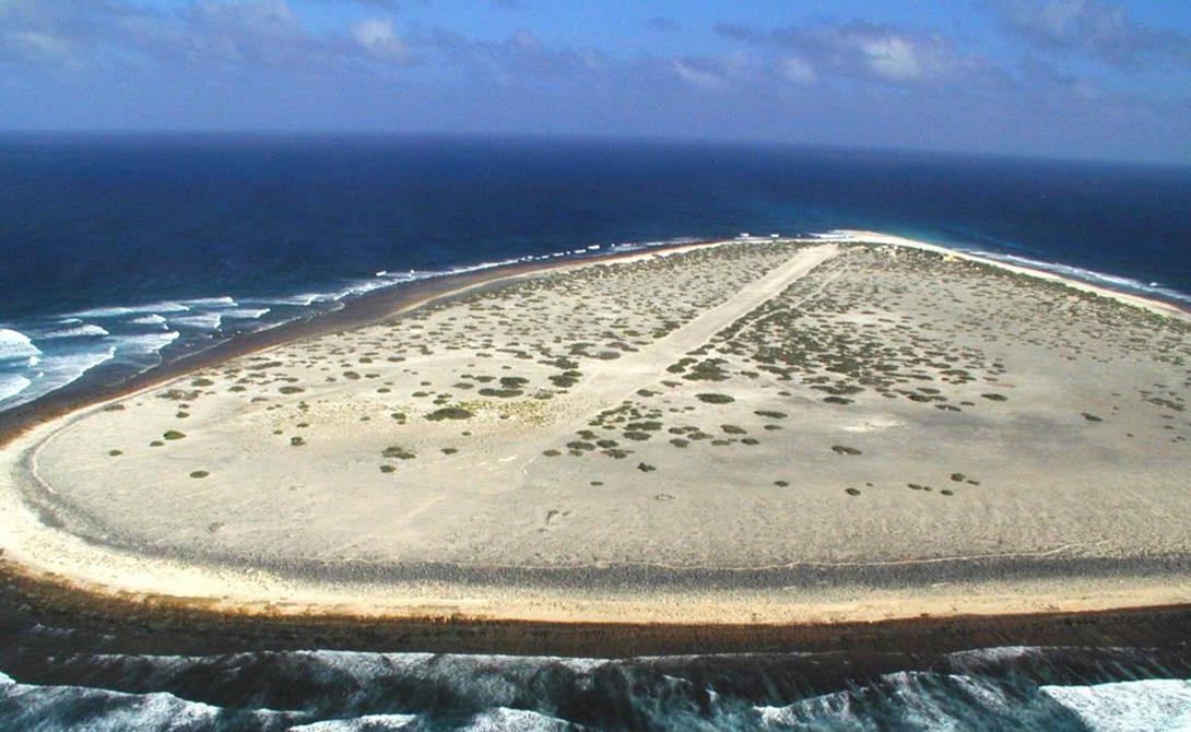 Тромелин Франция Крошечный французский остров лежит в 450 километрах от Мадагаскара. Над уровнем моря он возвышается всего на каких-то 7 метров — океанологи утверждают, что еще пара десятилетий, и остров полностью уйдет под воду.