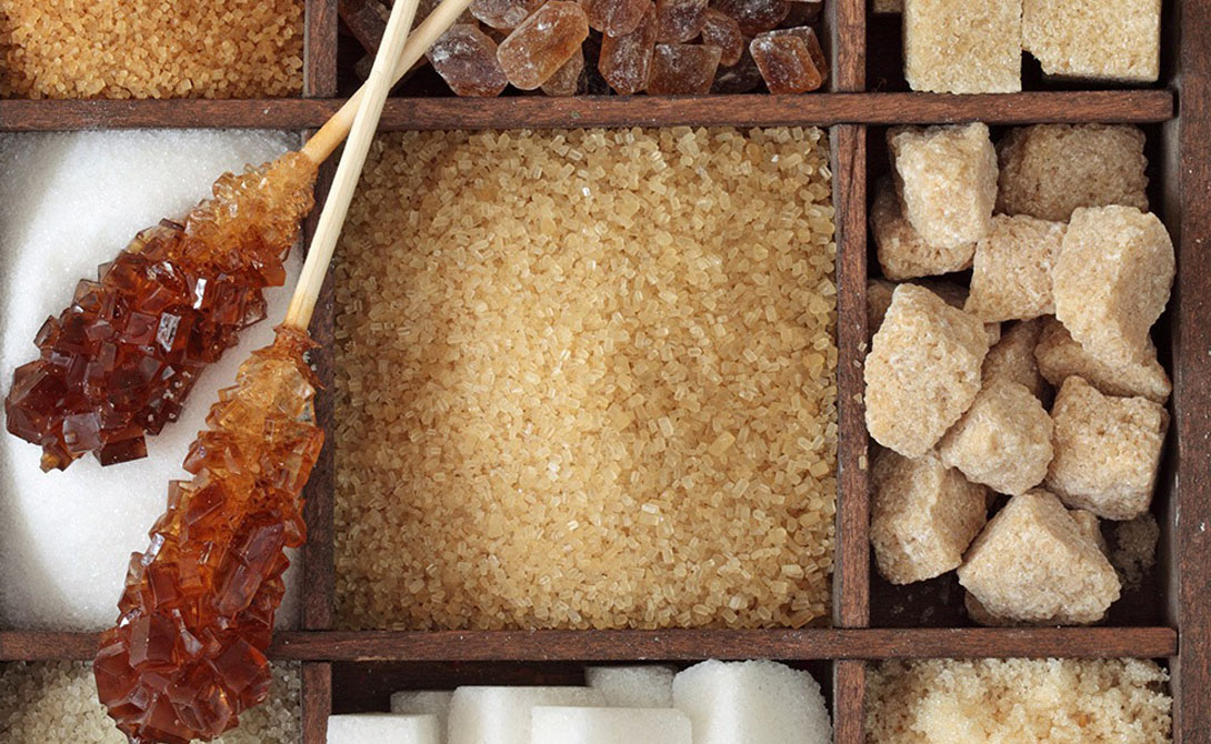 Свободные сахара делятся на моносахариды (такие как глюкоза) и дисахариды (сахароза, или столовый сахар). Они добавляются в пищевые продукты и напитки производителем. Кроме того, в природных продуктах также присутствуют те же два вида — к примеру, в меде.