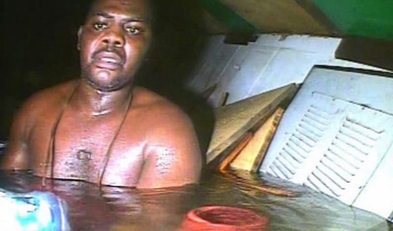 Харрисон Окене 29-летний судовой повар из Нигерии провел под водой почти трое суток на затонувшем судне. Буксир попал в шторм в 30 километрах от берега, получил сильные повреждения и быстро пошел ко дну – в это время Окене находился в трюме. Он наощупь передвигался по отсекам и обнаружил так называемый воздушный мешок – «карман», который не заполнила вода. Харрисон был в одних шортах и находился по грудь в воде – ему было холодно, но он мог дышать, а это было главное. Каждую секунду Харрисон Окене молился – накануне жена в sms прислала ему текст одного из псалмов, который он и повторял про себя. Кислорода в воздушном мешке было не так много, но его хватило до прихода спасателей, которые не могли добраться до судна сразу из-за шторма. Остальные 11 членов экипажа погибли – Харрисон Окене оказался единственным выжившим.