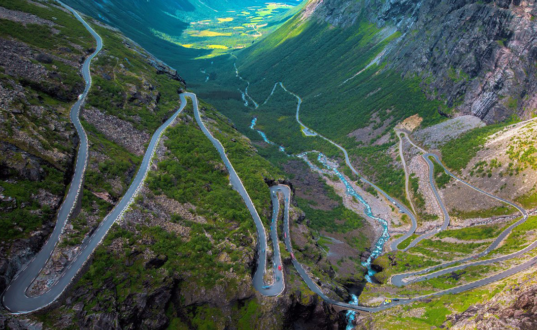 Trollstigen Road Норвегия Молва утверждает, что Тропу Троллей построили сами тролли — достаточно одного взгляда на инфернально экстремальный путь через горы, водопады и наполненные пост-роковым сдержанным отчаянием долины, чтобы молча согласиться с местными жителями.