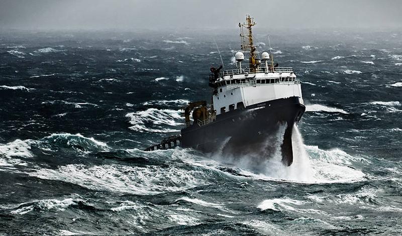 Морис и Мэрилин Бэйли Супруги из Великобритании в 1973 году провели 117 дней в открытом океане. Пара отправилась в путешествие на своей яхте, и несколько месяцев все было благополучно, но у берегов Новой Зеландии судно атаковал кит. Яхта получила пробоину и начала тонуть, но Морис и Мэрилин успели спастись на надувном плоту, прихватив документы, консервы, емкость для воды, ножи и еще несколько подвернувшихся под руку необходимых вещей. Еда очень быстро закончилась, и супруги ели планктон и сырую рыбу – они ловили ее на булавочные самодельные крючки. Спустя почти четыре месяца их подобрали северокорейские рыбаки – к тому времени и муж, и жена практически полностью обессилели, так что спасение пришло в последнюю минуту. На своем плоту супруги Бэйли преодолели более 2000 км.