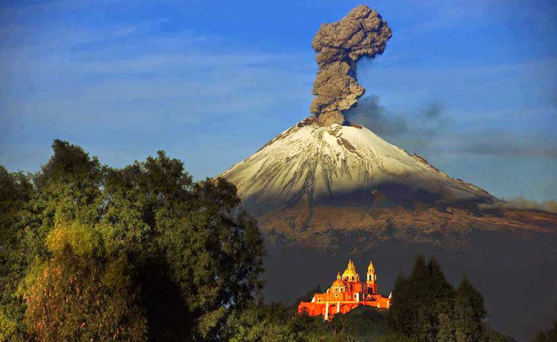 Попокатепетль Мексика Попокатепетль расположен в ста километрах от Мехико. Можно сказать, что крупнейший мегаполис страны стоит на самой настоящей пороховой бочке. В период с 1994 по 2016 год вулкан уже устраивал грандиозные шоу, последнее серьезное извержение случилось в 2000, заставив муниципалитет Мехико эвакуировать 40 000 в экстренном порядке.