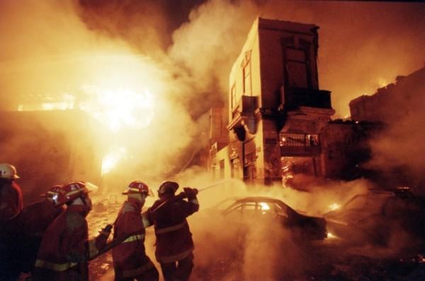 Подарок из Бентона В мае 1983 года нелицензированный завод по производству нелегальных фейерверков взорвался на ферме, расположенной на окраине Бентон, Теннеси. Инцидент произошел в старом сарае фермы Уэбба. На месте погибли мгновенно все 11 работников этого рискованного предприятия — а соседи долго удивлялись яркому фейрверку в вечернем небе.