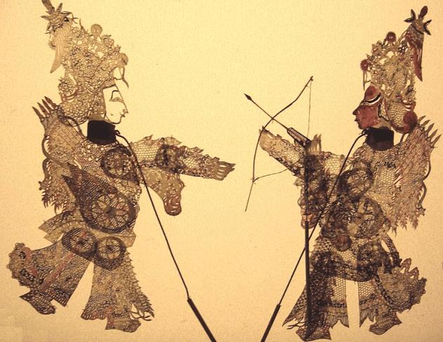 Игра теней Китай На протяжении сотен лет китайская игра теней оставалась основной формой развлечения во время народных гуляний. Эта красочная древняя традиция сопровождается музыкой и выглядит очень впечатляюще. Обычно в представлении задействовано около семи актеров, которые управляют куклами из-за ширмы. По мнению китайских экспертов, предстоящее исчезновение теневых пьес можно отнести к современному образу жизни, индустриализации, урбанизации и влиянию современной культуры.