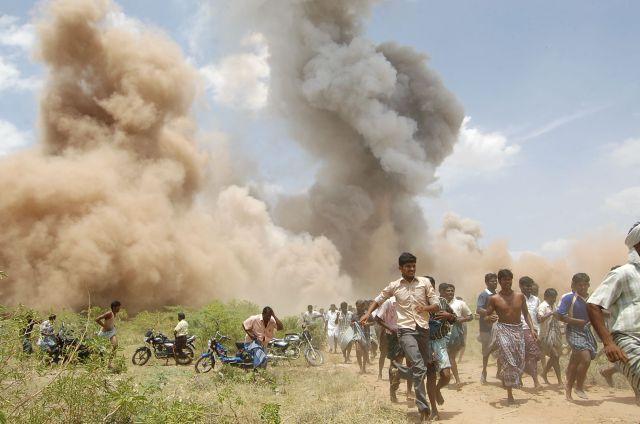 Инцидент на Сивакаси Пожар на пиротехническом заводе Сивакаси случился в полдень. Сельские жители бросились тушить огонь, и тут раздался второй взрыв — все 38 спасателей получили несовместимые с жизнью ранения.