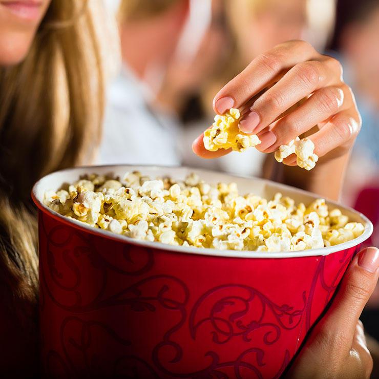 Кино Удивительно, но разные жанры фильмов оказывают разное воздействие на аппетит. Все мы привыкли к снэкам под хорошее кино — распределяйте нагрузку правильно. Под боевики и приключенческие картины люди склонны есть больше. Приберегите под эти фильмы более здоровую пищу. Смешная комедия отвлекает наше внимание настолько, что мы просто забываем о еде.