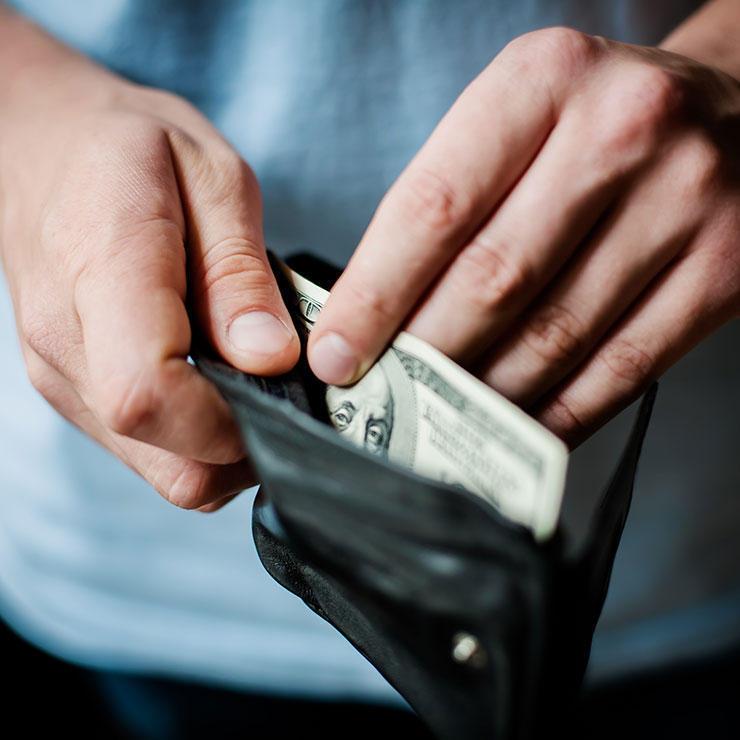 Деньги Возьмите за правило оплачивать вредную еду только наличными. Во-первых, пока будете доставать и считать деньги — получите время, достаточное, чтобы вернуть самоконтроль. Во-вторых, кэш до сих пор вызывает у человека больше привязанности, чем эфемерные пластиковые карточки. Попробуйте следовать этому правилу и сами увидите снижение количества импульсивных покупок.