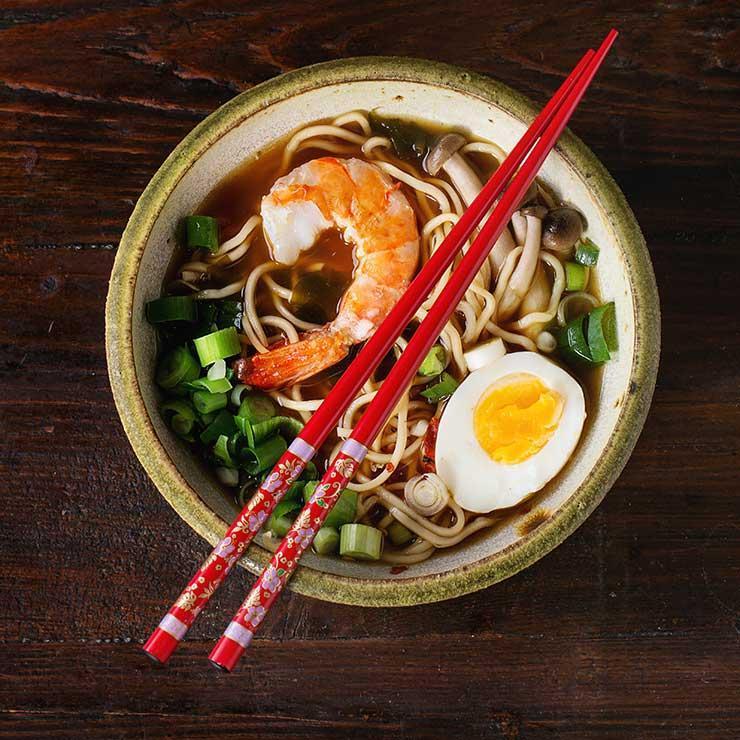 Палочки Попробуйте перейти на палочки вместо вилки. Еда из тарелки начнет исчезать намного медленнее, что позволит вам быстрее насытиться и получить больше удовольствия от приема пищи.
