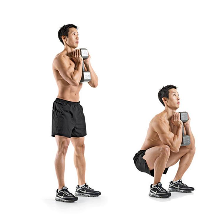 Приседания с гантелей Надежно фиксируйте верхний конец гантели обеими руками. Снаряд держите вертикально, подняв чуть выше уровня груди. Постановка ног — немного дальше ширины плеч. Спина должна оставаться прямой, с естественным прогибом в пояснице. Начните приседания с толчка бедер назад, затем сгибайте колени до параллели с полом. Задержитесь в нижней точке и плавно поднимайтесь.