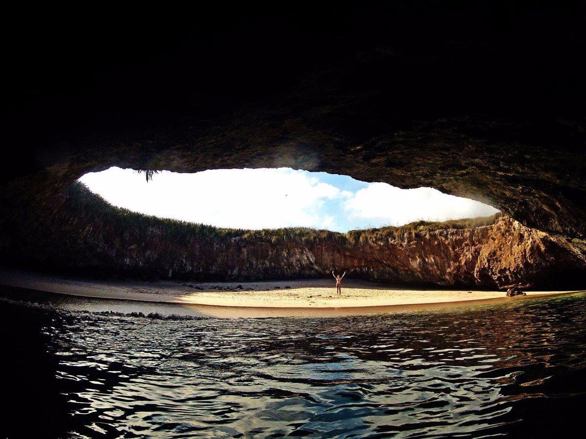 Hidden Beach Остров Мариета Спрятанный под поверхностью земли секретный пляж выходит к лагуне с чистейшей водой. Любой желающий может взять здесь байдарку и совершить волнительное путешествие по длинному туннелю воды.