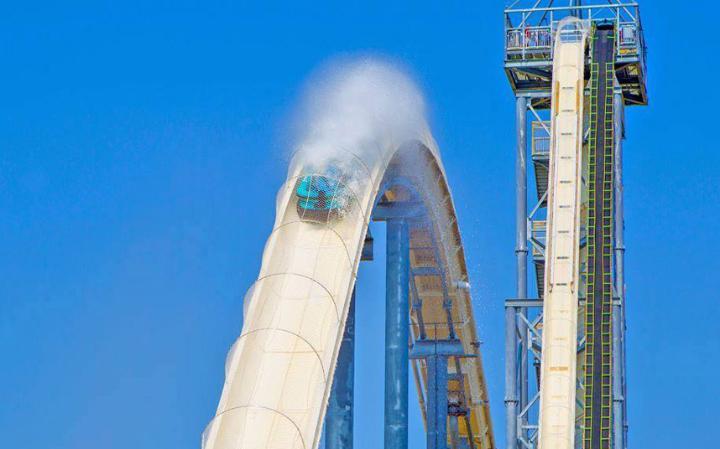 Verrückt Канзас-Сити, США Schlitterbahn Water Park был открыт в прошлом году. Самая крутая горка, Verrückt, достигает 52 метров в высоту, что на целых полметра выше Статуи Свободы. Спиральный подъем ведет профессиональных любителей риска на самый верх, где они разбиваются на команды по 4 человека, усаживаются на резиновые плоты и несутся вниз со скоростью в 120 км/ч.