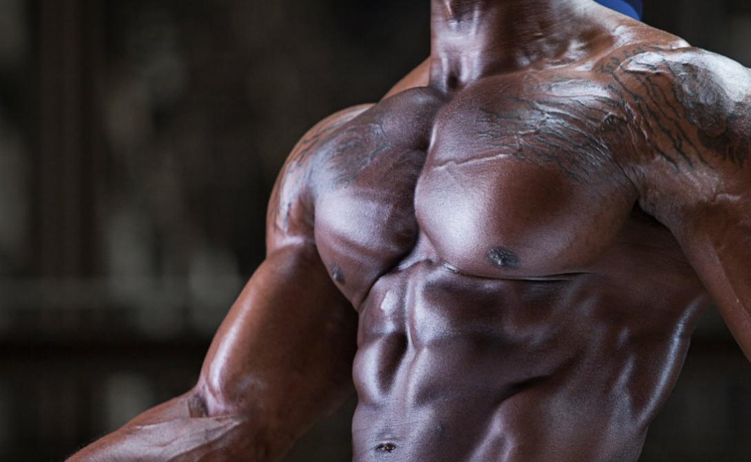 Простейшая программа Нарастить мускулатуру поможет уже упомянутое выше увеличение весов — главное делать это не рывками, а постепенно наращивать нагрузку с каждой тренировкой. Вот элементарная, но максимально действенная программа, которая будет эффективно прорабатывать все части грудных мышц. Отжимания на брусьях: 2Хмаксимально Жим штанги лежа: 4Х10 Жим гантелей на наклонной скамье: 4 Х10 Разведение рук с гантелями лежа:4Х12