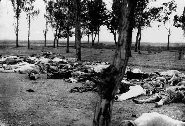 Геноцид армян В целом, Османская империя была довольно терпима к инаковерцам. Сильному государству не требовалось никаких доказательств своей силы. Проблемы начались одновременно с проблемами в стране. К 19-ому веку массовые казни стали все более и более распространенным явлением. Ужас достиг апогея в 1915 году, когда был организован геноцид всего армянского населения. В этой мрачной резне погибло 1,5 миллиона человек. Турция до сих пор отказывается полностью признать это событие.