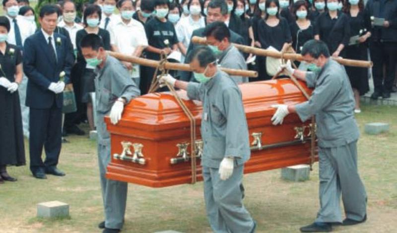 Лю Цзяньлинь Лю Цзяньлинь, врач из китайской провинции Гуандун, остановился в одном из отелей Гонконга. Через день 12 человек персонала поступили в больницу с диагнозом «атипичная пневмония». На самом деле, это был первый в мире случай заражения ТОРС — тяжелым острым респираторным синдромом. В лобби отеля Лю повстречал давнюю знакомую, Суй-Чу Кван, постоянно проживавшую в Скарборо. Девушка вернулась домой, а вместе с ней в Канаду прорвался и новый смертельный вирус.