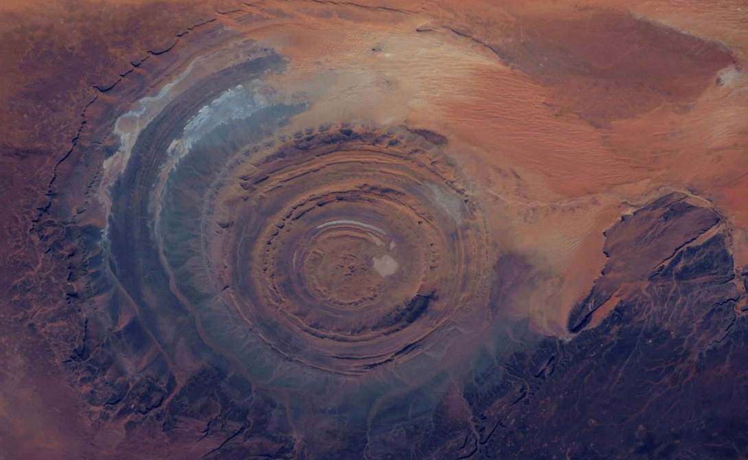 Глаз Сахары Глаз Сахары находится в Мавритании. Ученые до сих пор пытаются понять, как сформировался этот странный спот. Космонавты используют его для корректировки своих полетов — пришельцы, если они существуют, вполне могут выбрать такое удобное и отдаленное местечко для первого приземления.