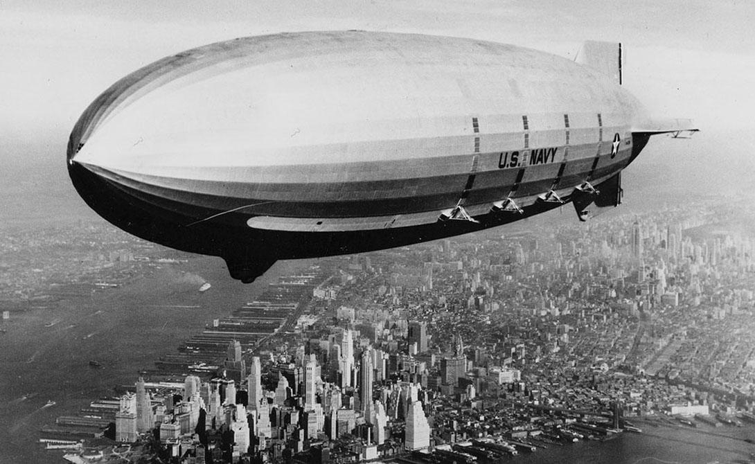 Дирижабль Этому виду воздушного транспорта прочили надежное будущее. Дирижабль был способен преодолевать значительные расстояния и перевозить внушительные грузы. В начале эпохи конструкторы использовали водород, но затем, после ужасной катастрофы «Гиндербурга», перешли на более безопасный гелий.