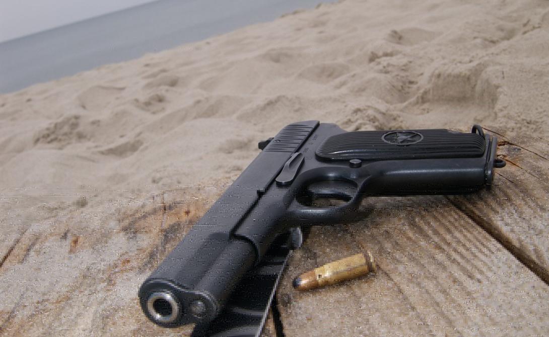 Элегантная простота Одним из главных достоинств ТТ можно считать продуманную простоту конструкции. Пистолет подходил для массового производства в силу невысокой себестоимости и был очень нетребователен в обслуживании. Федор Токарев прекрасно понимал, как важны оба этих фактора для армейского пистолета — оружием в кратчайшие сроки мог овладетьдаже неопытный боец.