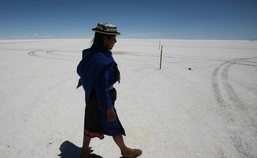 Салар де Уюни Боливийское Салар де Уюни входит в список ЮНЕСКО: это самое большое месторождение соли в мире. Кроме того, здесь же добывается внушительное количество лития, являющегося ключевым компонентом в батареях большинства электронных приборов.
