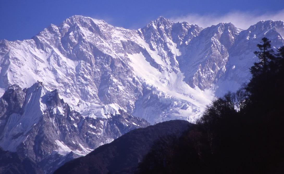 Канченджанга Где: граница Индии и Непала Высота: 8600 метров Канченджанга занимает почетное третье место в списке самых высоких гор мира. А еще, 22% всех восхождений завершается смертоносным исходом: лавины спускаются по склонам горы с завидным постоянством. Метеорологические условия также оставляют желать лучшего — у профессиональных альпинистов даже есть пословица: «Собрался на Канченджанга — прихвати зонт и попрощайся с друзьями».