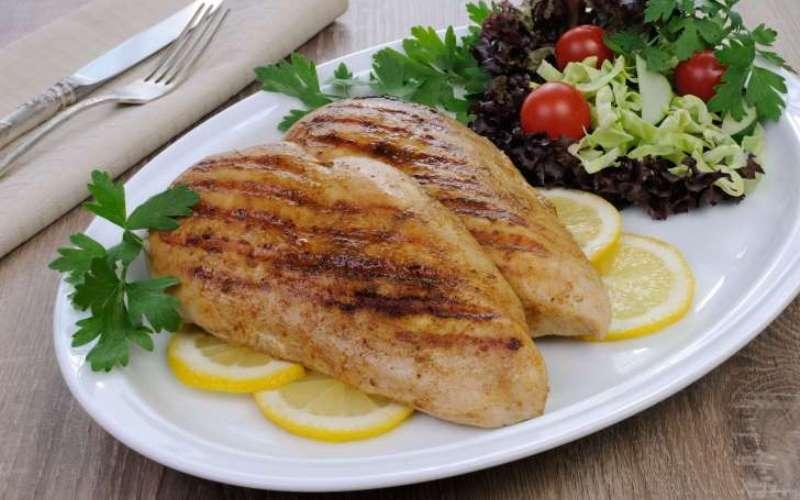 Куриные грудки Белок – главный источник энергии в течение всего дня, а курица лучший источник белка, который вы только сможете найти. Готовьте ее в гриле и избегайте рецептов, в которых курицу нужно жарить или использовать сыр и соусы.