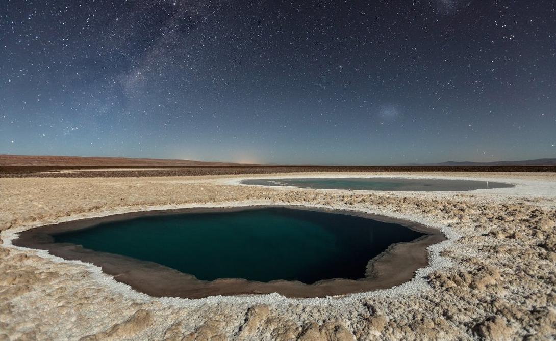 Lagunas Baltinache Автор: Виктор Лима Лунный свет играет на поверхности скрытых озер. Эти водоемы расположены в пустыне Атакама, на севере Чили.