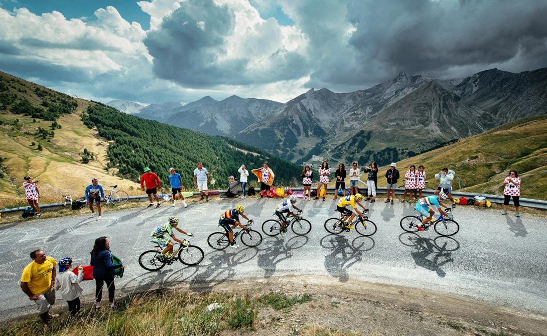 Тренировка на трассе Естественно, главной основой подготовительного этапа остаются велогонки. Перед Тур де Франс спортсмены проводят долгие недели на дорогах. Обычный распорядок дня включает в себя два заезда: пять часов после завтрака и еще два часа перед ужином.