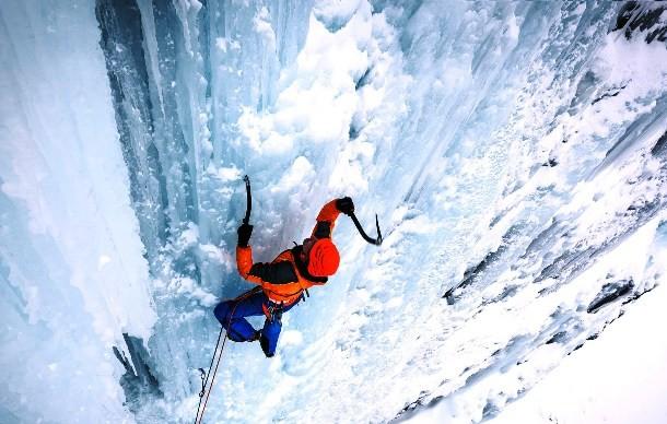 Айсклимбинг Можно назвать этот спорт некой более опасной разновидностью альпинизма. Ледолазы предпочитают покорять гигантские ледники, замерзшие водопады и склоны, полностью укрытые льдом. Нестабильная структура поверхности ледника ошибок не прощает: один неверно вбитый страховой колышек может стоить айсклимберу жизни.