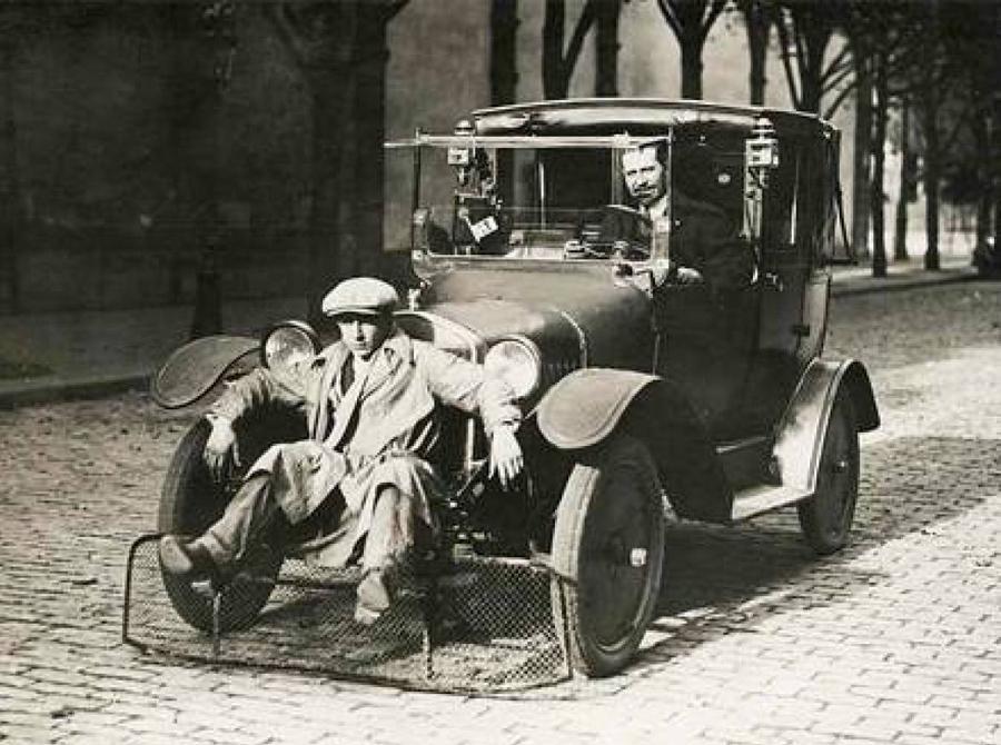 Пешеходный трамплин Эта разработка виделась инженерам шикарным решением: автомобиль просто подхватывал пешехода специальным совком — отличная альтернатива прямому столкновению. Так называемый «трамплин» изобрели в Париже, с целью снижения количества смертельных случаев