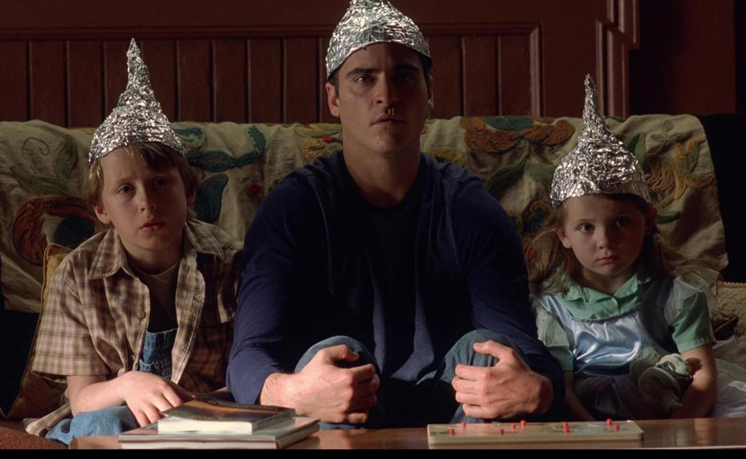 Она работает! Американские психологи из группы Джоффри Вудмана тоже сделали самую настоящую шапочку из фольги — вот только она действительно работает. Вудман подметил, что слабые электромагнитные поля способны стимулировать префронтальную зону коры головного мозга, что способствует улучшению обучаемости. В настоящий момент испытания так называемой «шапочки из фольги» (на самом деле, она представляет собой скорее ободок из электродов) все еще идут.