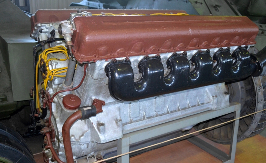 Двигатель Дизельный двигатель В-2 обеспечивал «тридцатьчетверке» высокую мощность, позволяющую советской машине выступать на равных даже с превосходящими силами противника. Советские конструкторы построили этого зверя на базе австрийского Maybach и американского тракторного мотора — зачем изобретать колесо, когда можно просто совместить два удачных, пусть и чужих решения.
